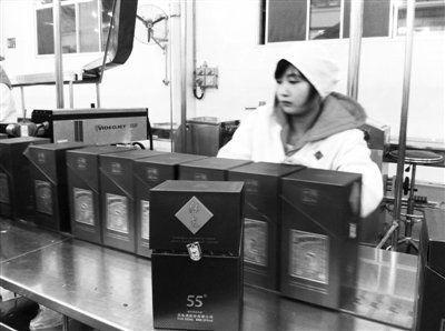 11月26日,在酒鬼酒生产基酒的车间,输酒管、接酒桶都已是不锈钢材质,基酒产出后将进入酒窖封存。
