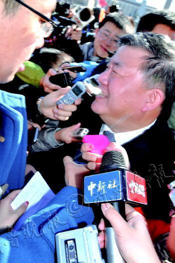 4日,陈竺被记者围堵采访。       本报特派记者 吉祥 摄
