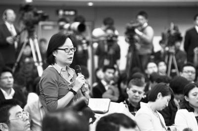 6日,新闻发布会上,一名记者在提问,该发布会上国家发改委主任张平介绍经济发展与宏观调控有关情况并回答中外记者提问。新华社记者 王鹏 摄