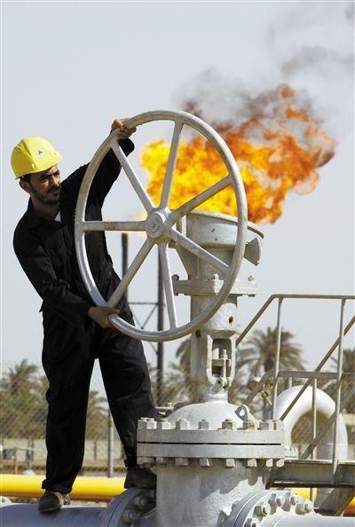 2009年7月17日,巴士拉,伊拉克石油工人正在炼油厂工作。