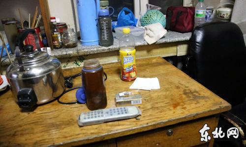 在医生值班室内的桌上,也发现抽烟用器具。