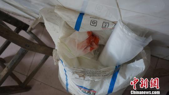 图为嫌犯购买的劣质添加剂。 张楠楠 摄