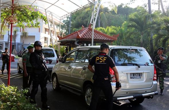 2013年10月6日,在印度尼西亚巴厘岛,安保人员在会议中心入口处对车辆进行安检。亚太经合组织第二十一次领导人非正式会议将于10月7日至8日在印度尼西亚巴厘岛举行。在本次峰会期间,印尼调动了包括海陆空军以及警察共14000名联合部队人员为此次峰会保驾护航。摄影:新华社记者  李鹏