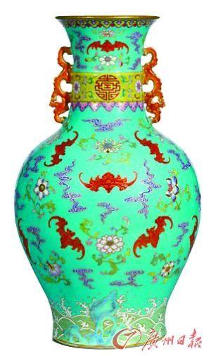 松石绿地粉彩折枝花卉福寿延绵双龙耳瓶,15040000港元。