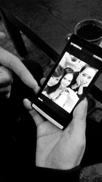 郭先生展示手机里越南姑娘的自拍照片,她们都是越南白领