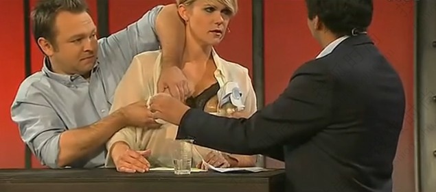 挪威女演员当众挤奶 男工作员辅助乳汁飞溅(组图)