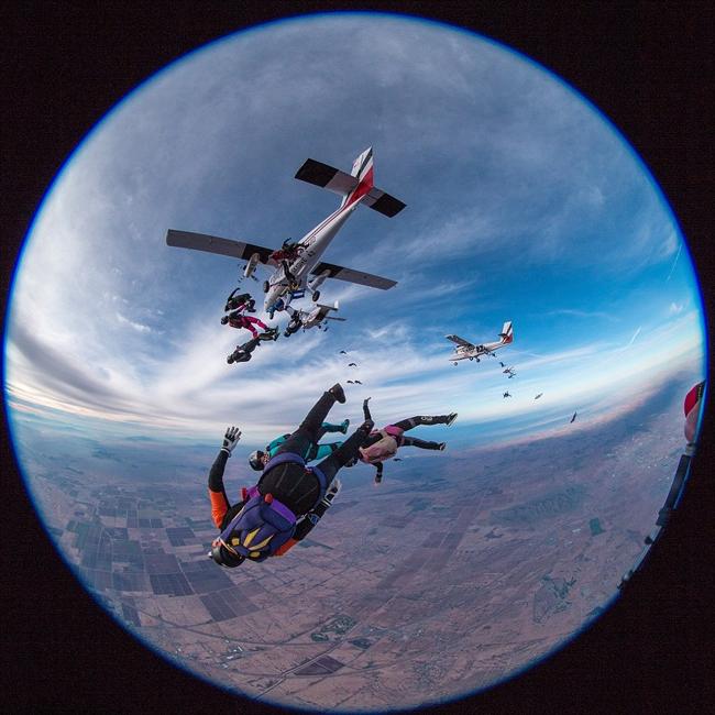 65名女子5000米高空垂直跳伞创纪录高清组图
