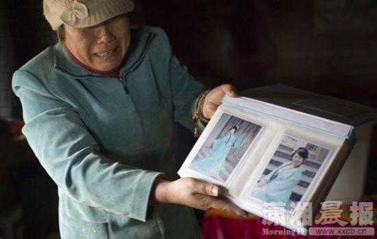 12月18日,东郊的砖厂里,熊女士抑制不住情绪,泣不成声向邻居叙说她女儿被人拐跑了。图/长株潭报记者 陈杰