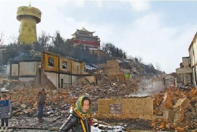 图为12日上午,被焚烧后的独克宗古城现场。本报记者 徐元锋摄