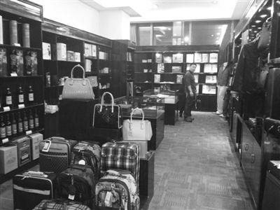 昨日,宣武门附近一家星级酒店商品部内摆满了高档商品,但很少有客人光顾。本版摄影/新京报记者 李雪莹
