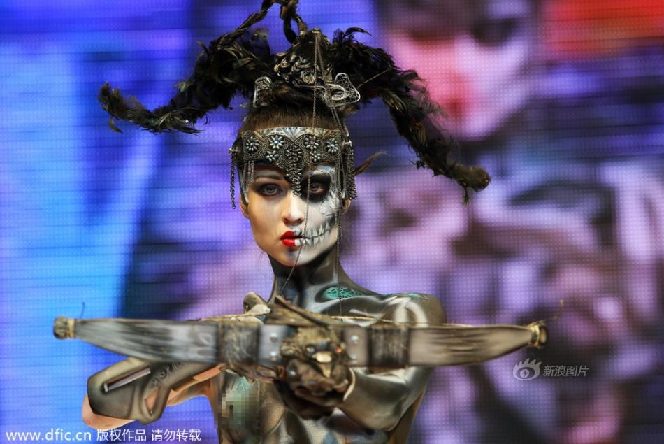 俄罗斯人体彩绘大赛 模特秀妖娆身姿和夸张彩