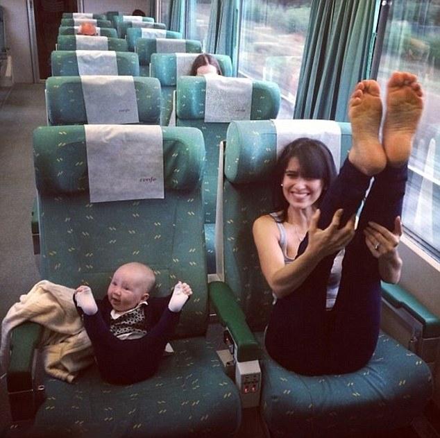 美辣妈与女儿同练瑜伽温馨引追捧组图 财经