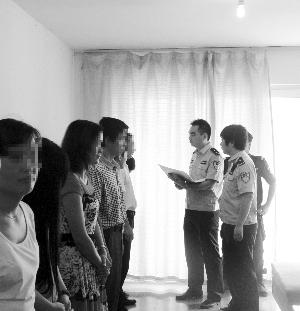 民警在一处传销窝点询问相关人员 警方供图