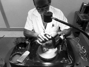 工匠正在打磨宝石