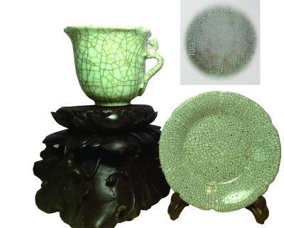 乾隆在哥窑瓷器上的御题诗     左为乾隆仿哥螭龙柄花口杯,右为明宣德仿哥葵口洗