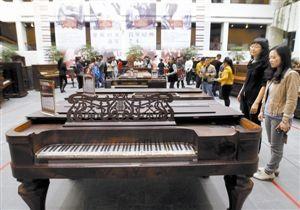 展览中的古董钢琴吸引了许多市民前来参观。 深圳特区报记者 齐洁爽 摄