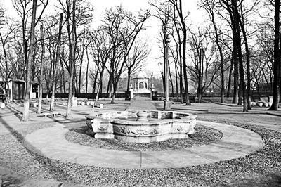 谐奇趣北侧喷泉:上世纪20年代这座喷泉被搬到东城区翠花胡同某大院花园内,直到1987年才被整体移回圆明园原址复位。