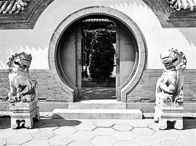 圆明园石狮子:上世纪20年代从圆明园搬到西交民巷87号院,2009年这对石狮子及部分圆明园石刻归还圆明园。