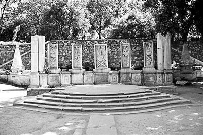 盘点 6件回归圆明园的流失文物 观水法石屏风:这座石屏风最早被宣统皇帝的叔叔载涛存放在私家花园内,1977年运回并原址复位。这是圆明园第一件完整回归的流失文物。