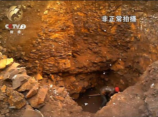 小山头盗坑频现 碎石堆掘地三尺
