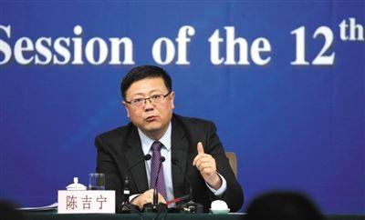 昨日,十二届全国人大三次会议新闻中心,环保部部长陈吉宁回答中外记者提问。新京报记者 陈杰 摄