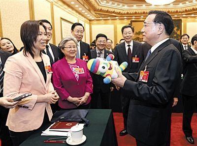 昨日上午,李克强参加江苏代表团审议,与代表们交流。中新社发