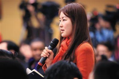 """新京报记者林其玲就""""一带一路""""提问。昨日,十二届全国人大三次会议在梅地亚中心举行记者会,商务部部长高虎城答记者提问。新京报记者 陈杰 摄"""