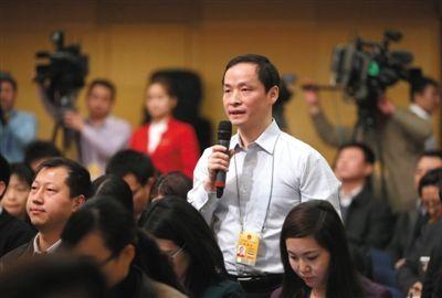 新京报记者涂重航提问关于公务员职务职级并行改革措施的问题。新京报记者 薛珺 摄