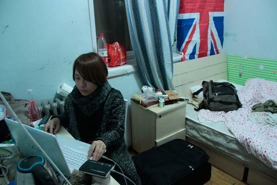 夏梦怡在出租屋内制作视频。四川大学陈睿雅/摄