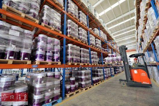 工人在河北晨阳工贸集团仓库搬运货物。新华社记者 朱旭东摄