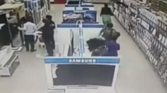赞比亚女贼行窃视频曝光,双腿夹电视行走自如(视频截图)