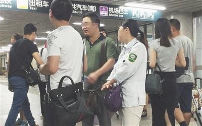 """7月4日,北京西站A1出口,一名女医托身着带有""""北京公交集团""""字样的衣服,与两名同伙聊天。"""