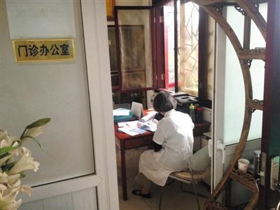 """医托团伙揭秘:傍上小诊所 分成""""倒三七"""""""