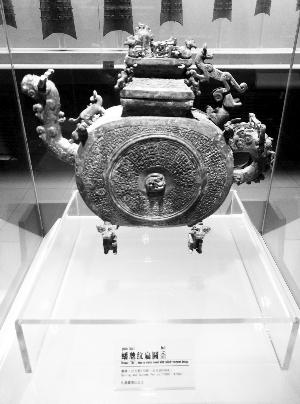 大堡子山出土的蟠虺纹扁圆盉。资料照片
