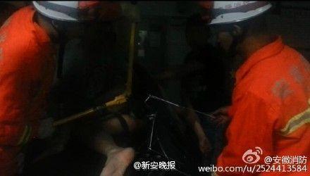 消防员救助肛门插雨伞男子