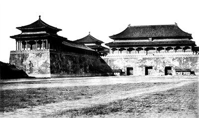 午门(1860年10月25日-11月9日),比托摄,拍摄地点:阙左门南侧,是最早故宫系列照片之一