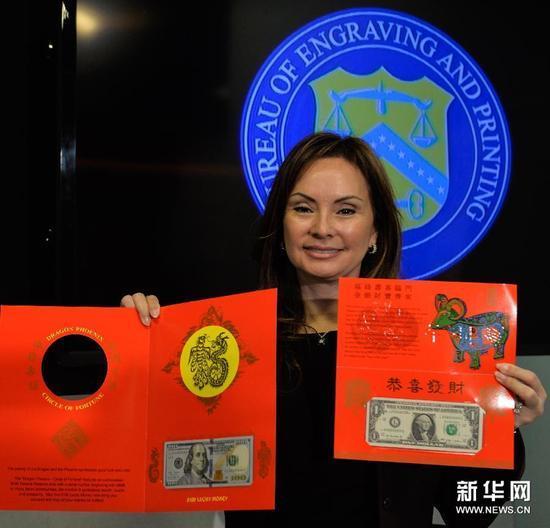 """这是12月2日在美国首都华盛顿拍摄的农历羊年限量版100美元""""吉利钱""""。"""