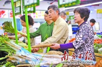 市民在生鲜超市选购蔬菜。 南方日报记者 王云 摄