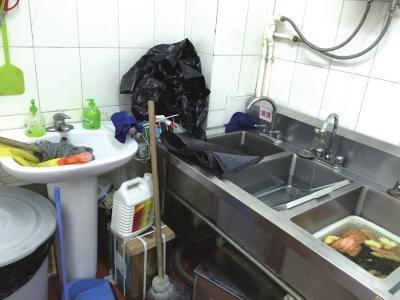 在厨房的清洗池内,一个池子用于刷地垫,旁边的池子浸泡着箅子和关东煮原料。