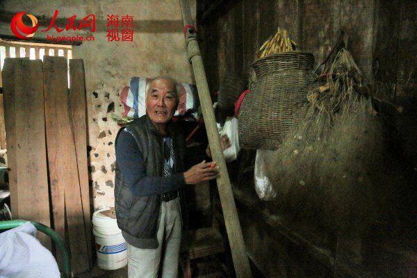 黄宏远老人封存在小屋里的船桨和渔网