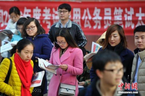 资料图。2015年11月29日,在山西太原一处国家公务员考试考点,考生在考前紧张复习。中新社记者 韦亮 摄