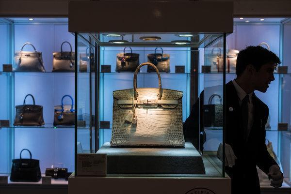 外媒称,上周佳士得香港在一个挤满人的拍卖厅里举办30周年拍卖会。拍卖目录排得满满当当,包括30件拍品,每一件都令人向往。门类包括美术、古代瓷器、珠宝、手表和珍稀葡萄酒,还有手袋。
