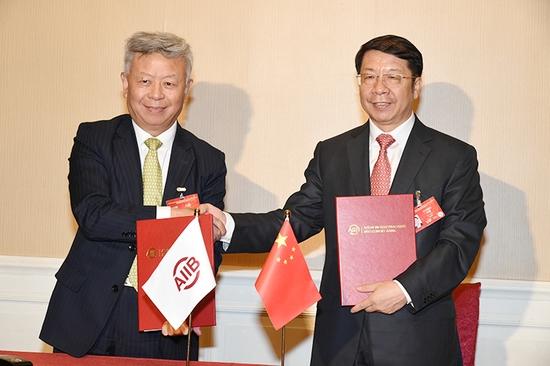 中国财政部副部长史耀斌与亚洲基础设施投资银行行长金立群在北京签署《中华人民共和国财政部与亚投行关于亚投行项目准备特别基金的协议》。