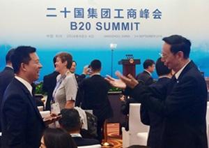 图:贾跃亭在G20工商峰会现场与参会商业领袖交流互动.jpg