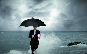 四季度以来,债券市场的震荡调整引起风险事件聚集,导致市场恐慌。北京商报记者注意到,主投债券市场的保本基金也因此陷入寒冬,业绩遭遇滑坡,目前已有超三成保本基金破发。而除了业绩压力外,今年监管层对保本基金的风险管控趋于严格,反担保、连带责任型的保本基金已不再新批,批量保本基金面临到期转型或清盘。由此,专业分析人士也预计,未来将会有更多保本基金走上转型或清盘的道路,存量保本基金数量将会逐渐减少。