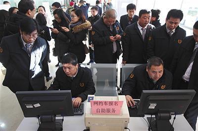2016年12月22日,北京市交通委员会运输管理局,报考网约车平台的司机正在现场报名网约车考试。新京报记者 李飞摄