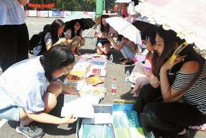 活动现场,美女同学们遮阳伞下互相交流 新文化记者 赵滨 摄