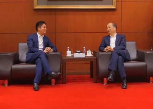 中國工商銀行董事長易會滿和京東集團董事局主席兼首席執行官劉強東見證了雙方合作協議的簽署。