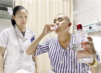 昨日,傅先生在医生指导下,喝白酒解毒。 本报记者 杨新宇 摄