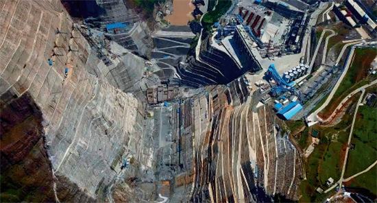 44 2017 年7 月27 日,四川凉山州,在建的白鹤滩水电站位于金沙江上游的崇山之间。视觉中国